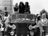 Marc Bolan Pop Singer Rides Roof of Rolls Royce 1972 Fotografisk tryk