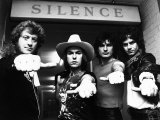 Slade Pop Group 1981. Standing in Front of a 'Silence' Sign with Their Thumbs Out Fotografisk tryk