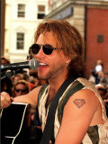 Jon Bon Jovi Pop Star Busking in Covent Garden Crowds Playing the Guitar and Singing Into a Mike Fotografie-Druck