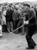 Arnold Palmer Takes a Swing as Crowd Look on Golf Fotografisk tryk