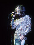 Ray Davies of the Kinks Singing Into the Microphone During a Concert 1973 Fotografisk tryk