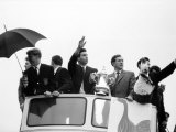 Tottenham Hotspur Team Hold FA Cup Trophy in Final at Wembley Fotografisk tryk