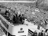 Tottenham Hotspur Players Parade FA Cup Trophy to Fans Gathered in Streets of North London Reproduction photographique