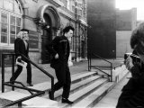Sid Vicious with Girlfriend Nancy Leaving Marylebone Magistrates Court Lámina fotográfica
