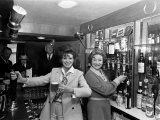 Pat Phoenix of Coronation St. is New Licencee of the Navigation Hotel at Buxworth in Derbyshire Fotografisk tryk