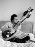 Ravi Shankar Playing the Sitar in His Suite at the Savoy Hotel Reprodukcja zdjęcia