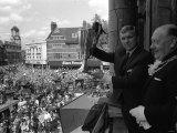 Der Kapitän der Fußballmannschaft West Ham, Bobby Moore, zeigt den Fans den Europacup-Pokal Fotodruck