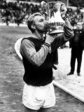 FA Cup Final West Ham United Bobby Moore Kisses the Trophy After His Sides Win Lámina fotográfica