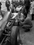 John Surtees and the Mechanic Fixing His Ferrari Fotografisk tryk