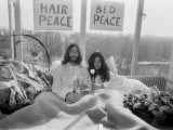 John Lennon and Wife Yoko Ono Having Weeks Love in Their Room at the Hilton Hotel, Amsterdam Photographie