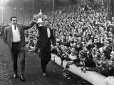 Liverpool vs Inter Milanin, Players Parading FA Cup to Fans After Their Win in the Cup Final Fotografie-Druck