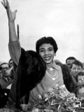 Shirley Bassey Waves to the Crowd Who Turned Out to Welcome Her as She Arrived Back in Cardiff Fotografie-Druck