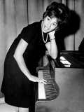 Shirley Bassey Tries Piano During Press Conference in the Cocktail Lounge of the &quot;Talk of the Town&quot; Fotografie-Druck
