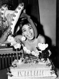 Cardiff-Born Singer Shirley Bassey Pictured Celebrating Her 19th Birthday with a Cake Fotografie-Druck