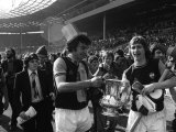Trevor Brooking and Kevin Locke with the FA Cup in the Final at Wembley Fotografie-Druck