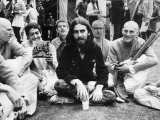 George Harrison of the Beatles at Sydenhamm Hill with a Group of Twelve Buddhist Americans Fotografie-Druck