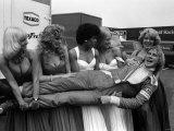 James Hunt After British Grand Prix Lifted by Women 1976 Fotografisk tryk