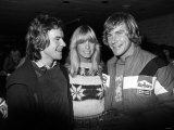 James Hunt with Barry Sheene and His Girlfriend Stephanie Mclean at Brands Hatch Fotografisk tryk