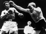 Cassius Clay aka Muhammad Ali Heavyweight Champion of the World Up Against Richard Dunn of Britain Lámina fotográfica