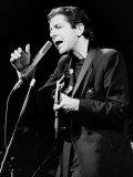 Leonard Cohen, kanadský zpěvák a skladatel na pódiu, 1985 Fotografická reprodukce