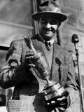 Sam Snead Holding the British Golf Open Trophy He Has Won Fotografisk tryk