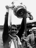 Liverpool Player Manager Kenny Dalglish Holding the Trophy After Their Win Against Everton Fotografisk trykk