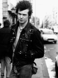 Sid Vicious Bass Guitar Player Singer of British Pop Group Punk the Sex Pistols in the Street Lámina fotográfica