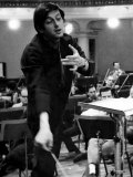 Conductor Andre Previn in Action During a Record Session with the London Symphony Orchestra Lámina fotográfica
