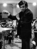 Conductor Andre Previn in Action During a Record Session with the London Synphony Orchestra Lámina fotográfica
