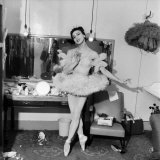 Ballet Dancer Belinda Wright in Her Dressing Room. April 1953 Lámina fotográfica