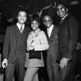 Singer Gladys Knight and the Pips Pose For a Picture at the Beachcomber Mayfair Hotel Fotografisk tryk