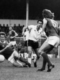 Spurs V Ipswich. Osvaldo Ardiles Out Joxes the Ipswich Players. December 1978 Lámina fotográfica