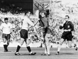 Dave Mackay Grabs Billy Bremner of Leeds by His Shirt in Match Against Tottenham Lámina fotográfica