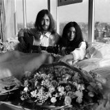 John Lennon and Wife Yoko Ono Having a Weeks Love in Their Room at the Hilton Hotel, Amsterdam Photographie