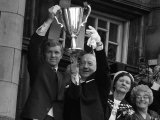 West Ham Captian Bobby Moore Shows the European Cup Winners Trophy to the Crowds Fotografie-Druck