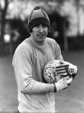 Warming to the Task, Chelsea Goal-Keeper Peter Bonetti Who Faces Manchester United. February 1978 Lámina fotográfica