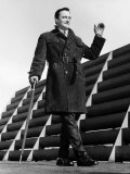 Robert Vaughn Actor Leaning on a Walking Cane, Waving Lámina fotográfica