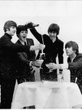 Beatles Sitting Round a Table with Glasses of Champagne Lámina fotográfica