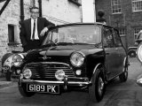 Peter Sellers avec son Austin Mini customis&#233;e Photographie