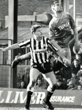 Paul Gascoigne is Out-Jumped by Vinnie Jones Gazza Wimbledon V Newcastle United 1987 Photographie