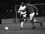 Brazilian Football Star Pele of Santos Chases For the Ball with Alan Mullery of Fulham March 1973 Fotografisk tryk