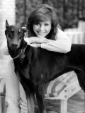 Victoria Principal Actress Leaning on Dobermann Dog Fotografisk tryk