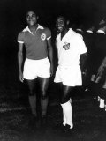 Brazilian Football Star Pele of Santos with Portuguese Star Eusebio of Benfica c.1967 Fotografisk tryk