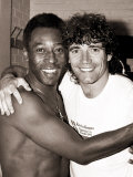 Brazilian Football Legend Pele Embraces England Striker Kevin Keegan Fotografisk tryk