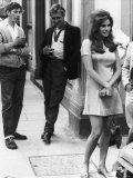 Raquel Welch Actress as Lust in Film Bedazzled Outside a Pub in Fulham London Fotografie-Druck