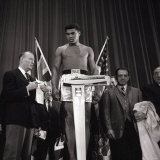 Cassius Clay at the Weigh in For the Heavyweight Title Fight Against Henry Cooper in London Photographie