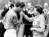 Prince Charles Kisses Hand of Mother Queen Elizabeth II After Presented with a Consolation Prize Fotografisk tryk