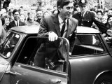 Le Prince Charles sort de son Austin Mini en arrivant devant Trinity College à l'université de Cambridge, 1967 Photographie
