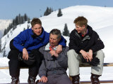 Prince Charles with His Two Sons Prince William and Prince Harry on the Ski Slopes in Klosters Fotografisk tryk