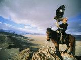 Hunter on Horseback Atop a Hill Holding a Golden Eagle in Mongolia Fotografisk tryk af David Edwards